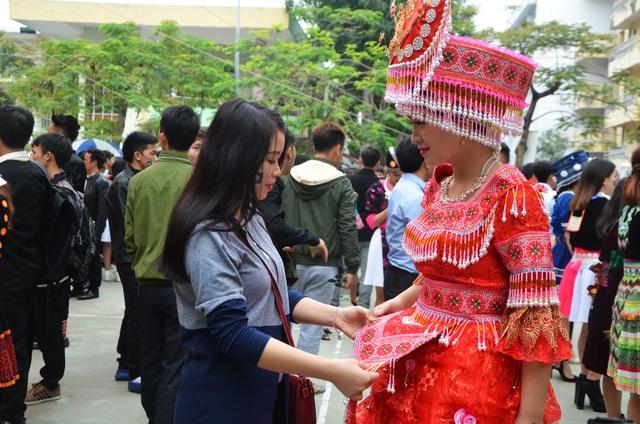 Trong ngày này, những bạn sinh viên người Mông từ các trường trên địa bàn Hà Nội đã cùng nhau khoác lên mình trang phục truyền thống. Người Mông ở những vùng khác nhau lại có những bộ quần áo truyền thống khác nhau. Trong ảnh, bạn Giàng Thị Pàng được khá nhiều người chú ý bởi bởi bộ trang phục cầu kỳ và lộng lẫy.