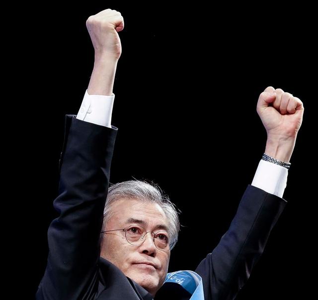 Kết quả cuộc bầu cử ngày 9/5 cho thấy ông Moon Jae-in đã giành 41,1% phiếu bầu, bỏ xa các đối thủ trong cuộc chạy đua vào Nhà Xanh. Với kết quả này, ông Moon Jae-in sẽ tuyên thệ nhậm chức trở thành tổng thống tiếp theo của Hàn Quốc với nhiệm kỳ 5 năm ngay sau khi Ủy ban bầu cử nhóm họp để xác nhận chiến thắng của ông. Ông Moon Jae-in sẽ kế nhiệm bà Park Geun-hye, người hiện bị tạm giữ chờ xét xử sau khi bị cáo buộc tham nhũng, lạm quyền trong thời gian đương chức. (Ảnh: Korea Times)