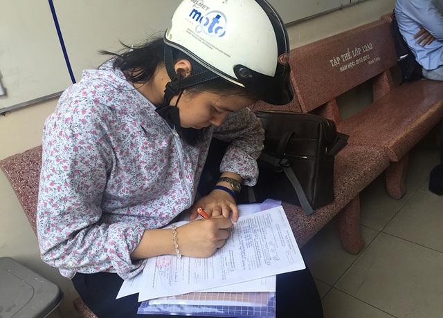 Một thí sinh tự do đang điền hồ sơ đăng ký
