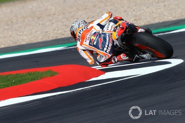 Đánh bại Rossi, Marquez có pole tại Silverstone - 2
