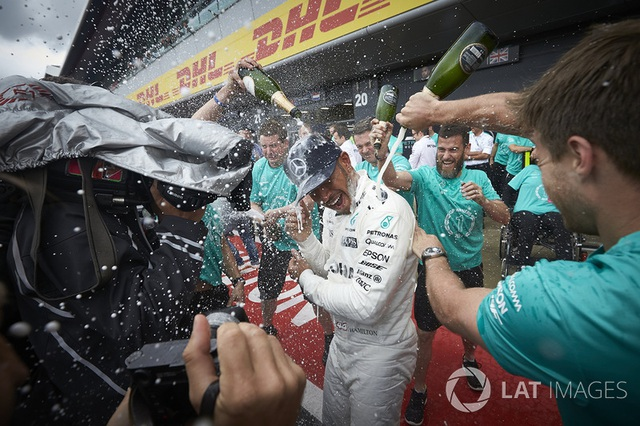 Lewis Hamilton thắng dễ tại Silverstone - 14