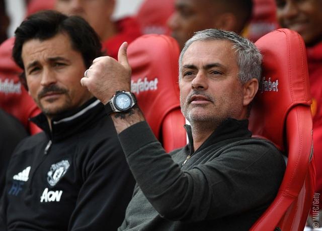 Vẻ mặt đầy sự tự mãn của Mourinho khi đội bóng của ông có bàn thắng thứ hai