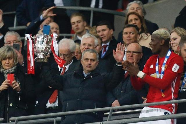 HLV Mourinho xúc động với tình cảm của CĐV MU