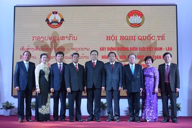 Các đại biểu tham dự Hội nghị chụp ảnh lưu niệm