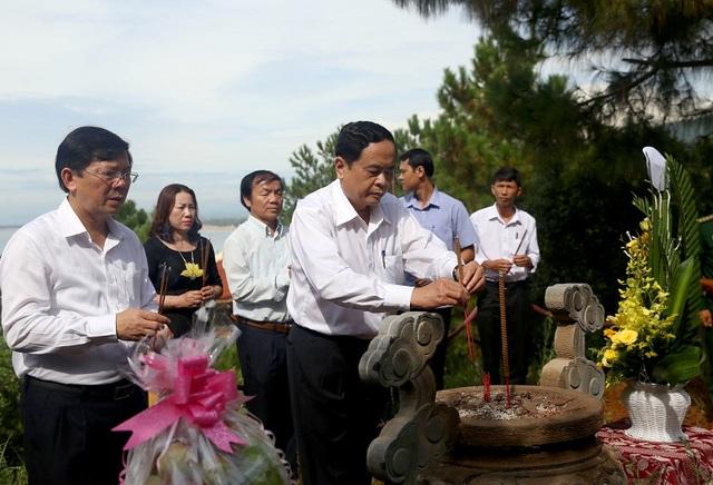 Đoàn công tác đến dâng hương tại mộ Đại tướng Võ Nguyên Giáp