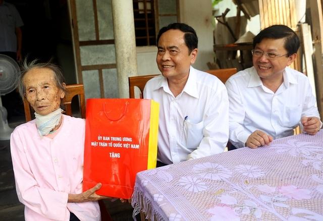 Chủ tịch Ủy ban Trung ương Mặt trận Tổ quốc Việt Nam tặng quà cho gia đình mẹ Trần Thị Thìn