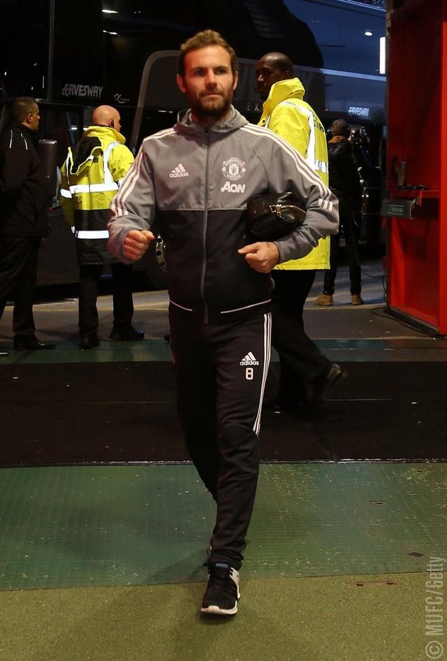 Tiền vệ Mata rời xe buýt cùng các đồng đội