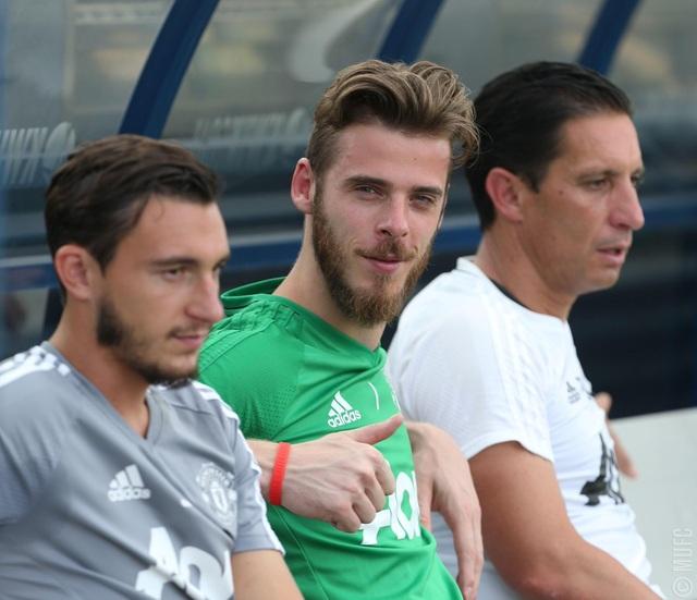 Thủ thành David De Gea (giữa) khá vui vẻ cùng các đồng đội. Thủ thành người Tây Ban Nha dính khá nhiều tin đồn sẽ rời MU trong vài năm trở lại đây, tuy nhiên mới đây nhất HLV Mourinho đã khẳng định De Gea sẽ tiếp tục ở lại với Quỷ đỏ