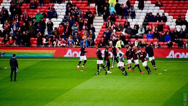 Các cầu thủ MU khởi động trước giờ bóng lăn
