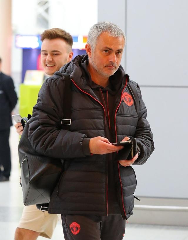 Huấn luyện viên Jose Mourinho vui vẻ tại sân bay