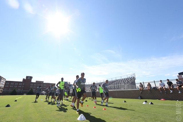 Các cầu thủ MU khởi động buổi tập chuẩn bị cho trận đấu gặp Barcelona, trận đấu cuối cùng của Quỷ đỏ tại Mỹ