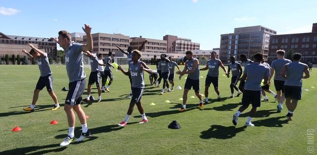 các cầu thủ MU khởi động cho trước khi bắt tay vào tập luyện, Mourinho mang khá nhiều cầu thủ trẻ cho chuyến du đấu Mỹ. Sau chuyến du đấu tại Mỹ, MU sẽ trở lại châu Âu thi đấu thêm hai trận giao hữu trước khi gặp Real Madrid ở trận tranh siêu cúp châu Âu vào 8/8