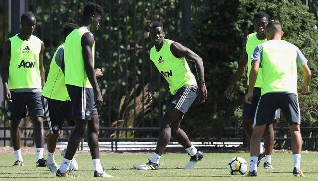 Pogba (giữa) trong bài tập nhóm cùng với các đồng đội