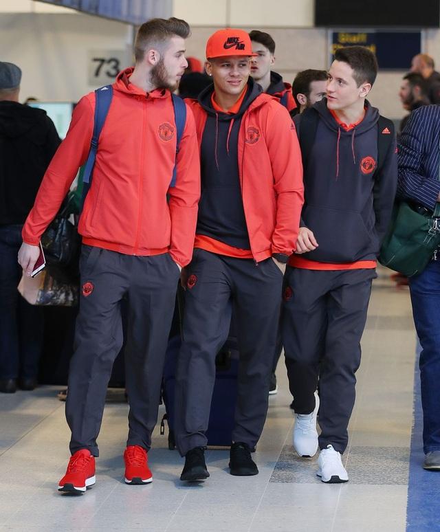 De Gea, Rojo và Herrera (từ trái qua) đi cùng nhau ở sân bay