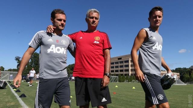 Mourinho nói chuyện với Mata và Herrera, cặp đôi tiền vệ người Tây Ban Nha đã trở lại tập luyện sau khi bình phục chấn thương