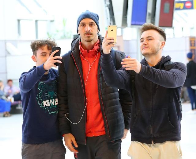 Ibrahimovic (giữa) dường như nhìn đang nhìn vào máy ảnh của phóng viên thay vì chiều người hâm mộ đang selfie
