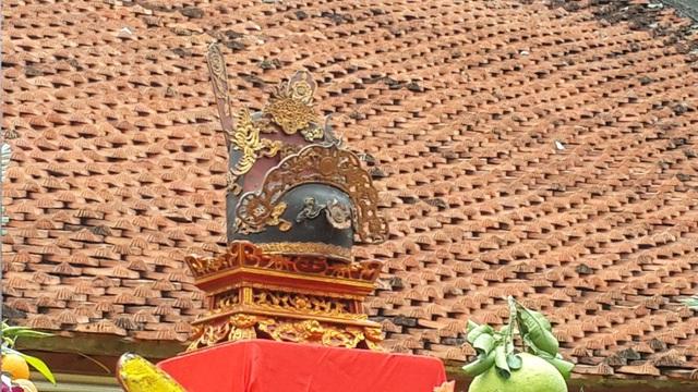 Chiếc mũ quan tượng trưng cho chức vị được đặt ở vị trí cao nhất trên ban thờ trong buổi lễ