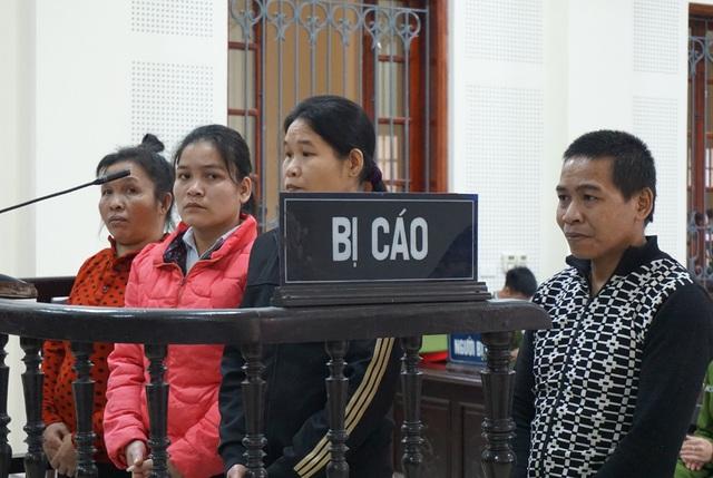 Các bị cáo trong đường dây mua bán người tại phiên tòa.
