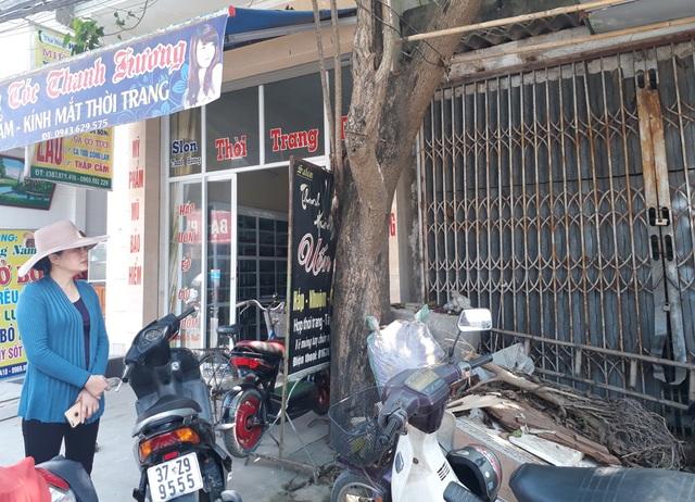 Bà Nguyễn Thị Lợi bên căn nhà liền kề và thửa đất mua được từ cuộc đấu giá tài sản từ năm 2002 nhưng đến thời điểm này vẫn chưa được bàn giao.