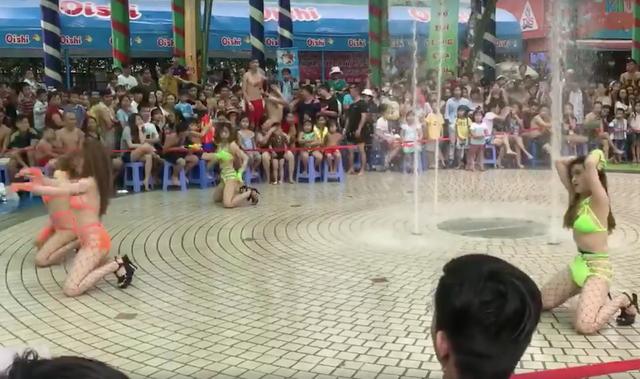 Hình ảnh phản cảm tại công viên nước Đầm Sen đang lan truyền trên mạng.