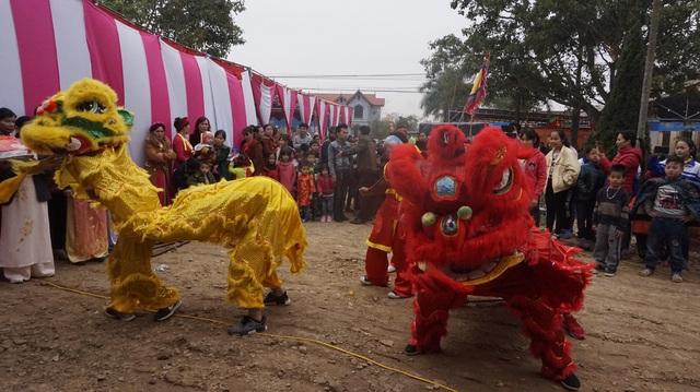 Tổ chức múa lân đề cầu sự may mắn khi tiến hành đúc tượng đồng quốc tổ Lạc Long Quân.