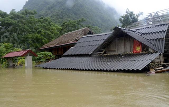 Nước lũ dâng cao đến 2m, ngập tận nóc nhà tại Tân Lĩnh, Lục Yên, Yên Bái (Ảnh: Báo Yên Bái)