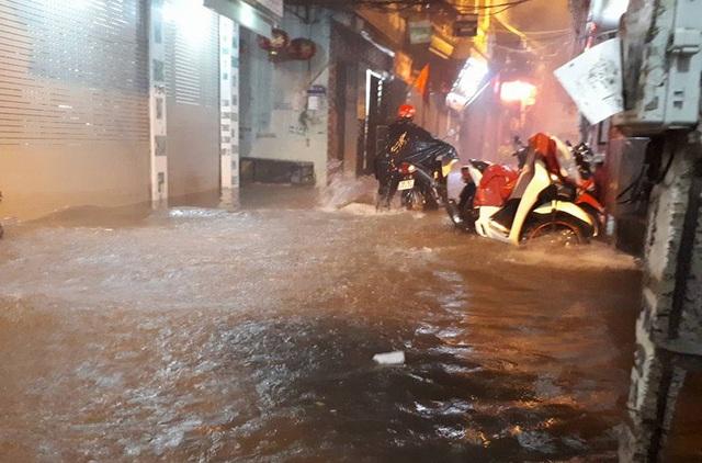 Mưa lớn, nhiều tuyến đường Hà Nội ngập sâu - 1