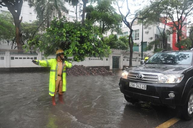 Đại tá Đào Vịnh Thắng - Trưởng phòng Cảnh sát giao thông Hà Nội - xuống đường phân luồng giao thông trong mưa ngập