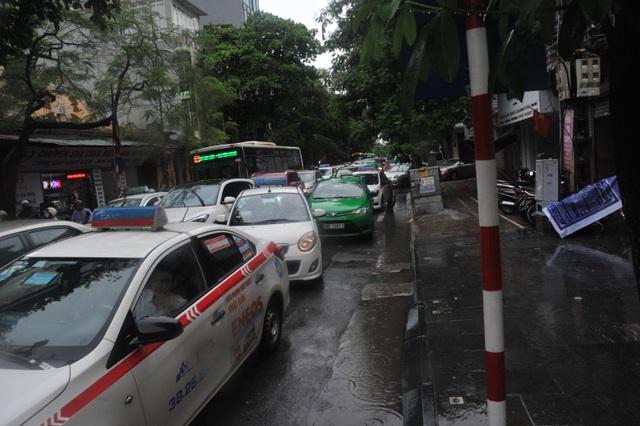 Hà Nội ngập, tắc nhiều nơi sau trận mưa lớn diện rộng - 14