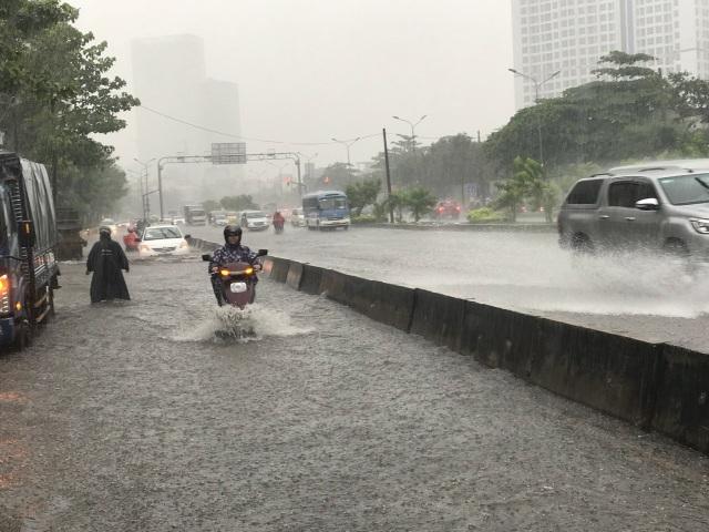 Đường Nguyễn Hữu Cảnh ngập lênh láng mặc dù đã có máy bơm chống ngập