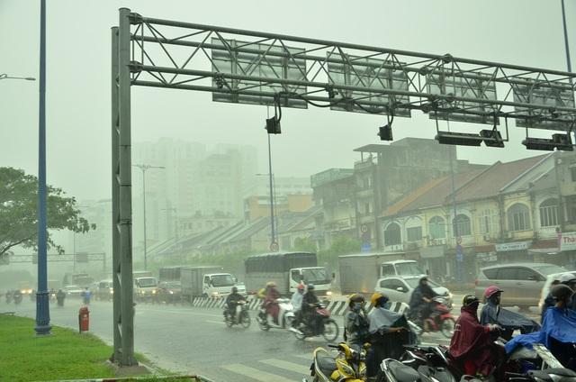 Cơn mưa lớn trên diện rộng ở TPHCM trưa 17/10
