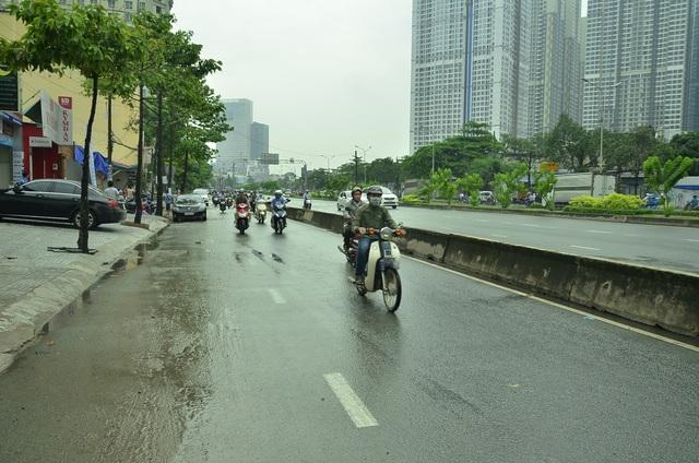 Đến 15h cùng ngày, đường Nguyễn Hữu Cảnh đã khô ráo