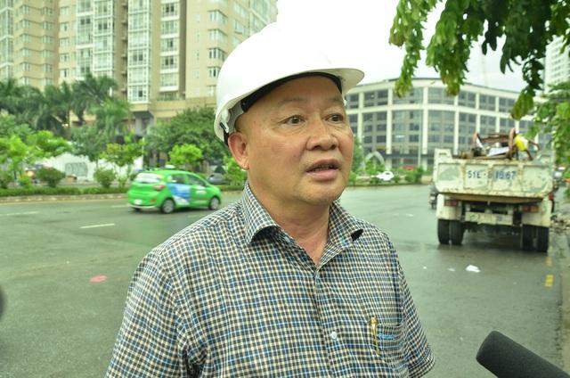 Ông Nguyễn Tăng Cường - Chủ tịch HĐQT Công ty cổ phần Tập đoàn công nghiệp Quang Trung (chủ đầu tư máy bơm chống ngập đường Nguyễn Hữu Cảnh) trao đổi với báo chí tại hiện trường