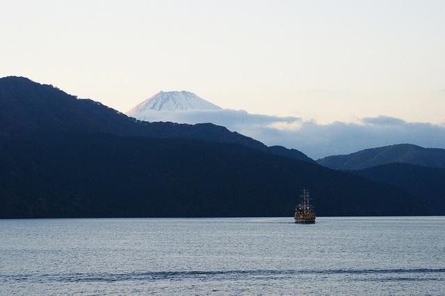 Mùa thu Nhật Bản êm đềm và bình yên như con thuyền lướt nhẹ trên mặt hồ Ashi, thong dong chìm dần vào ánh hoàng hôn ửng hồng trên ngọn núi Phú Sĩ thiêng liêng.