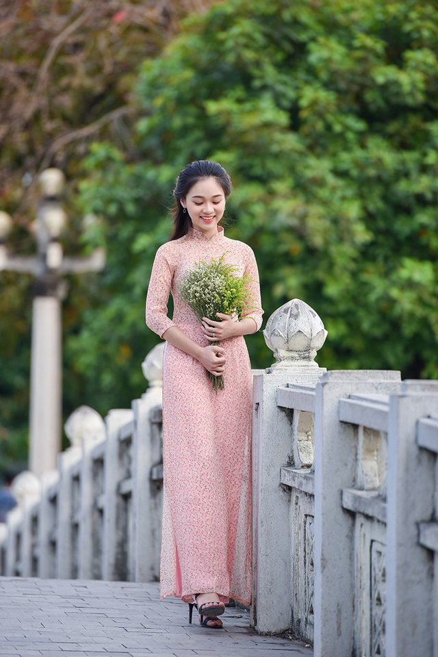 Sinh ra và lớn lên ở Thủ đô, cả tuổi niên thiếu của cô gắn với mảnh đất này. Ngọc Anh yêu nhất là mùa thu ở Hà Nội.