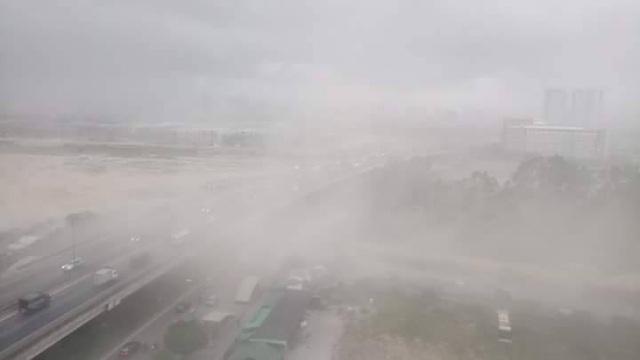Gió tung bụi mù mịt tại Kim Văn, Kim Lũ lúc gần 16h chiều