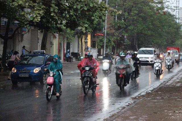 Người dân vội vã di chuyển trong cơn mưa giông (Ảnh chụp tại Hào Nam)