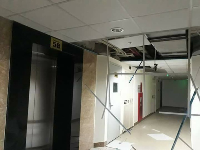 Giông lốc làm tung các tấm trần nhà tại một khu chung cư trên đường Lê Trọng Tấn (Ảnh: Hà Trang)