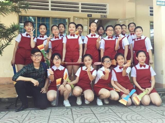 Khôi Nguyên (hàng ngồi, ngoài cùng, bên trái) dựng bài dự thi cho các em học sinh lớp 7 trường THCS Nguyễn Bỉnh Khiêm, TP. Biên Hòa, tỉnh Đồng Nai.