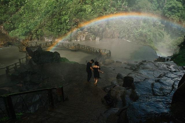 Thác Dambri (Lâm Đồng) là địa điểm cả hai chọn để thực hiện bộ ảnh cưới lãng mạn này.