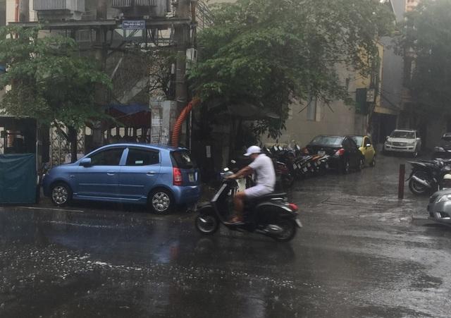 Cơn mưa kéo đến bất chợt vào lúc 12h39 tại phố Giang Văn Minh. Ảnh: Kim Tân