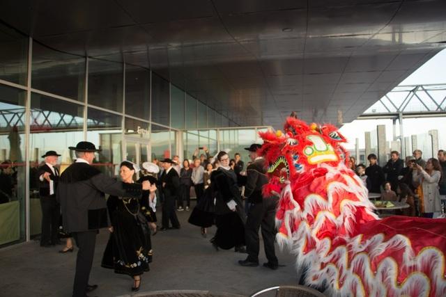 Màn chào đón khách mời đặc sắc – tiết mục kết hợp giữa điệu nhảy truyền thống bretonne và múa lân truyền thống của Việt Nam