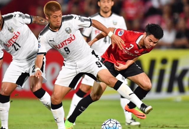 Muangthong United (áo đỏ) thua đau Kawasaki Frontale (Nhật)