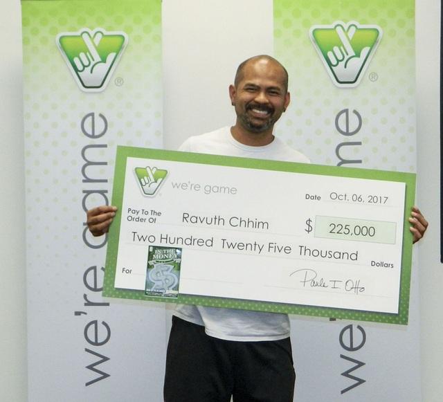 Ông Ravuth Chhim bất ngờ trúng giải nhất trị giá 225.000 USD khi mua vé số giúp đồng nghiệp và tiện tay mua luôn cho mình. (Nguồn: Insidenova)