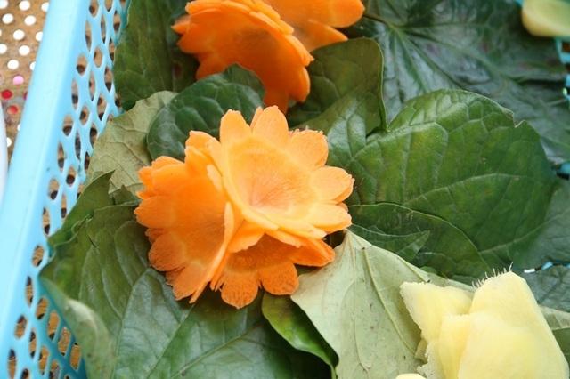Bạn có thể trang trí món ăn với lá lốt và cà rốt.