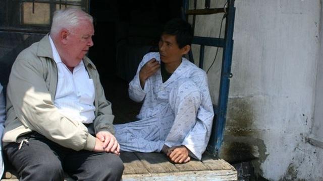 Mục sư Jerry Hammond hỏi thăm một bệnh nhân Triều Tiên (Ảnh: BBC)