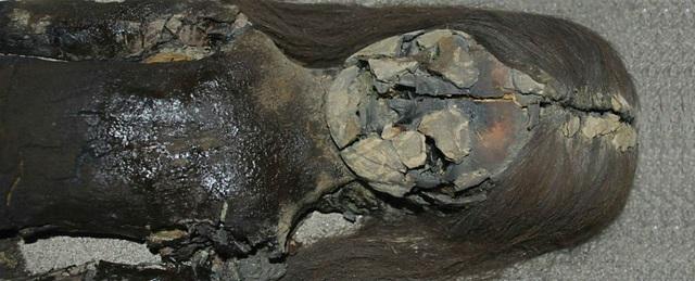 Một xác ướp cổ đang bị chảy sang dạng sệt màu đen.
