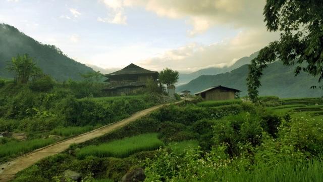 Khung cảnh yên bình đẹp như tranh với hình ảnh căn nhà của gia đình Mười (trái) và nhà của anh Lò Văn Lợp được anh Đỗ Văn Bình ghi lại hơn 1 tháng trước.