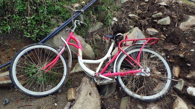 Chiếc xe đạp hai đứa cháu của Mười vẫn chở nhau đi học hàng ngày.