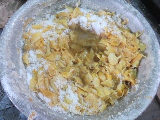 Sau đó, gừng thái lát sẽ được ủ với đường trắng.